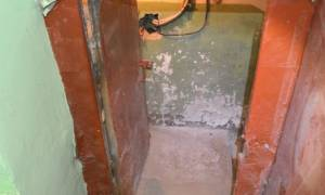Мусор в подвале многоквартирного дома
