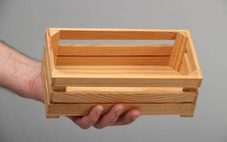 Добротный деревянный ящик из старых досок