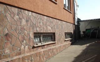 Отделка цоколя частного дома натуральным камнем