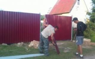 Как построить забор из металлопрофиля?
