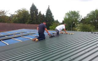 Как правильно крепить профнастил на крышу?