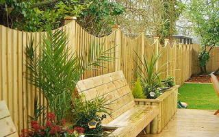Как построить забор из дерева своими руками?