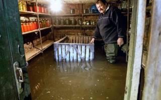 Как выкачать воду из подвала без насоса?