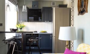 Дизайн кухни 14 кв. м с диваном и телевизором