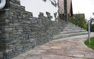 Отделка цоколя частного дома искусственным камнем